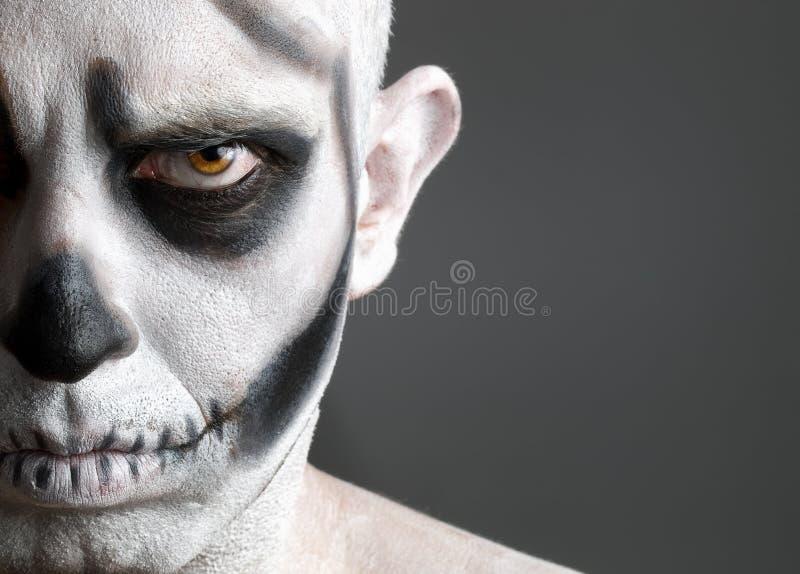 Hombre de la cara pintado con un cráneo fotos de archivo
