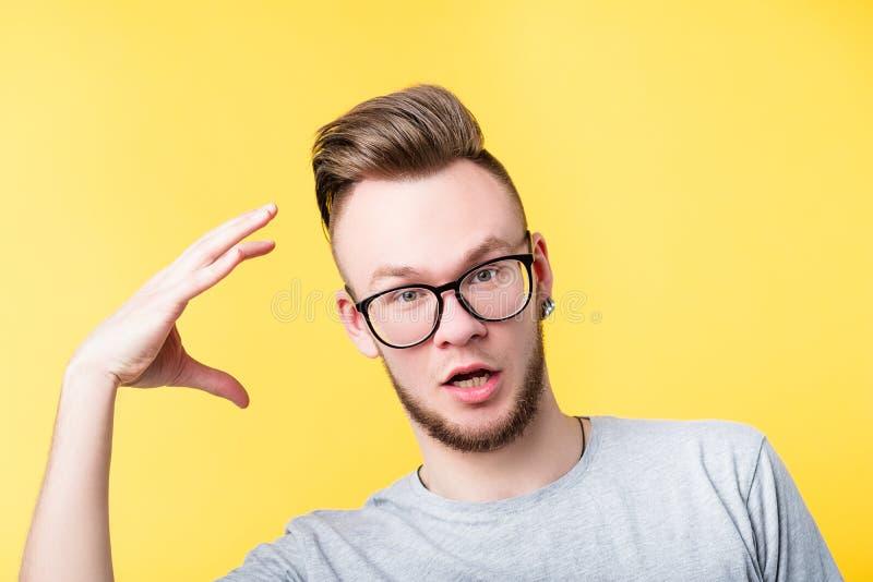 Hombre de la comunicaci?n del lenguaje corporal que act?a que gesticula foto de archivo libre de regalías