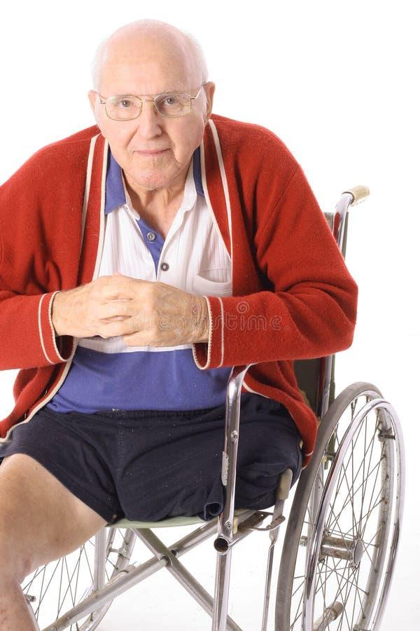 Hombre de la desventaja en el sillón de ruedas aislado en blanco