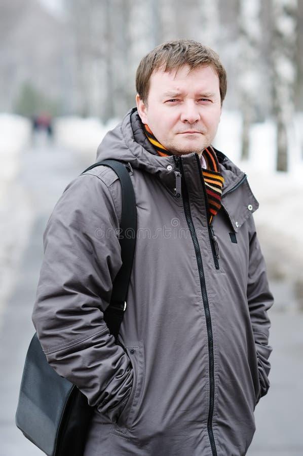 Hombre de la Edad Media al aire libre en invierno imagen de archivo