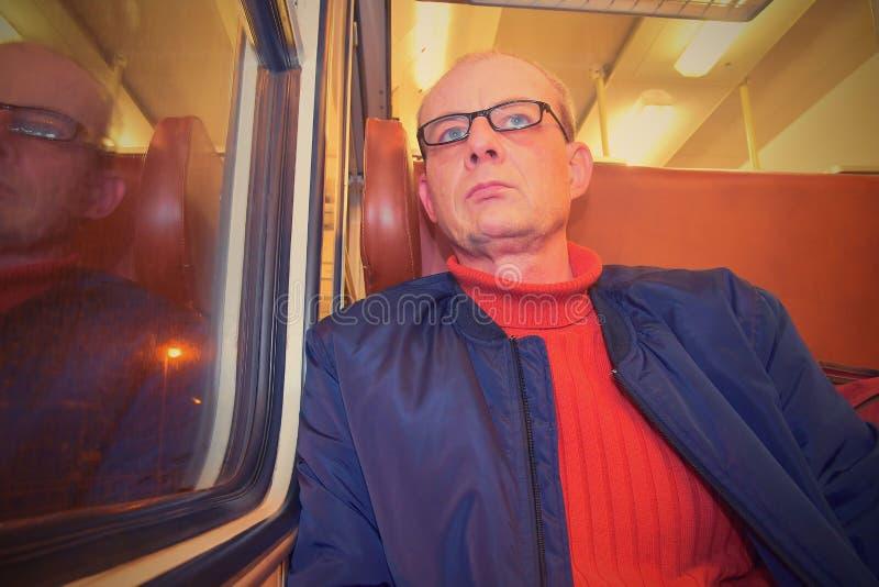 Hombre de la Edad Media que mira fuera de la ventana del tren Pasajero durante viaje en tren expreso de alta velocidad en Europa fotografía de archivo libre de regalías