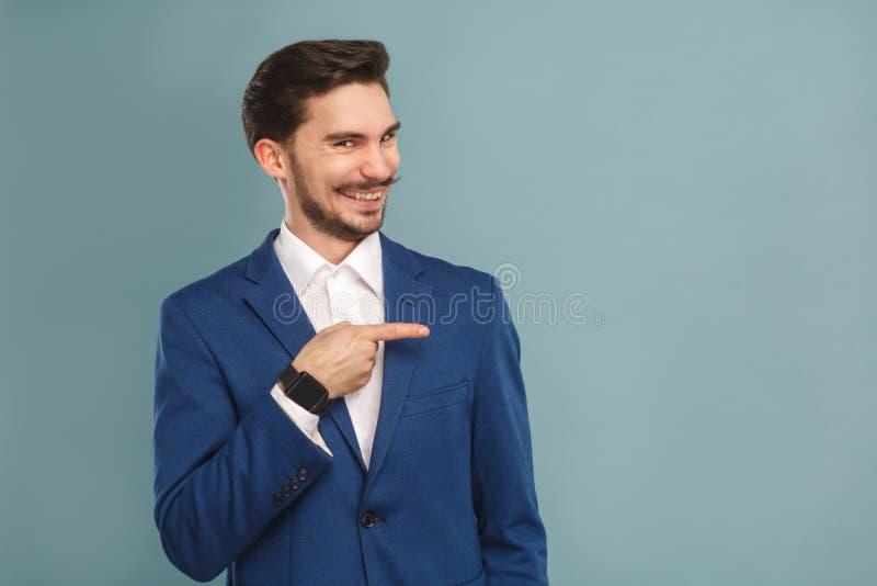 Hombre de la felicidad que señala el finger en el espacio de la copia y la sonrisa dentuda fotografía de archivo
