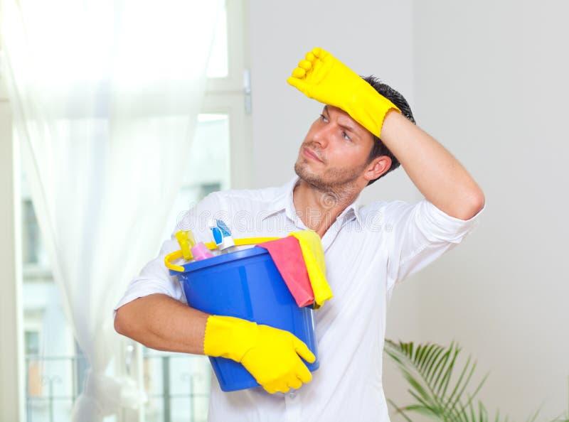 Hombre de la limpieza del hogar imagen de archivo