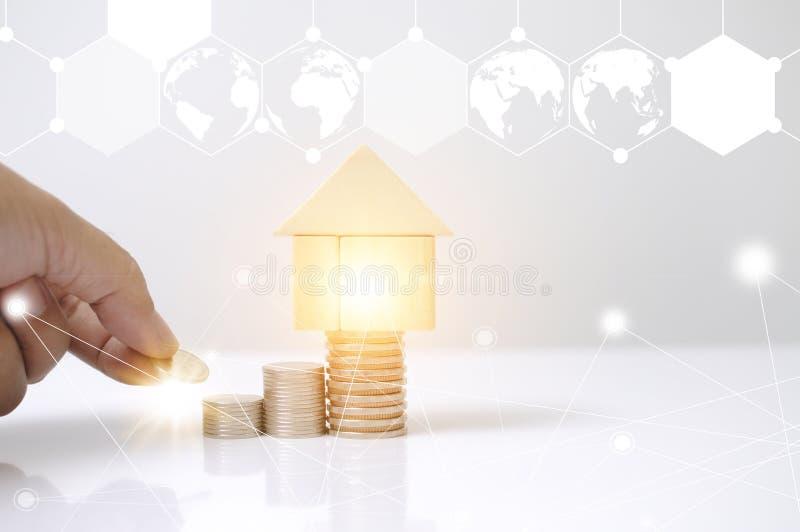Hombre de la mano que pone monedas de la pila con la casa de bloques y el gr?fico de madera del mapa del c?rculo de la tierra del ilustración del vector