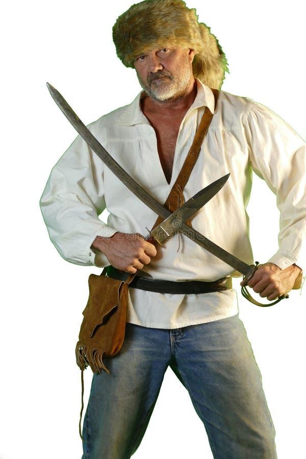 Hombre de la montaña con el cuchillo de bowie y el sable imagenes de archivo