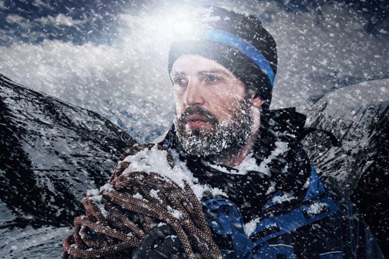 Hombre de la montaña de la aventura imagenes de archivo