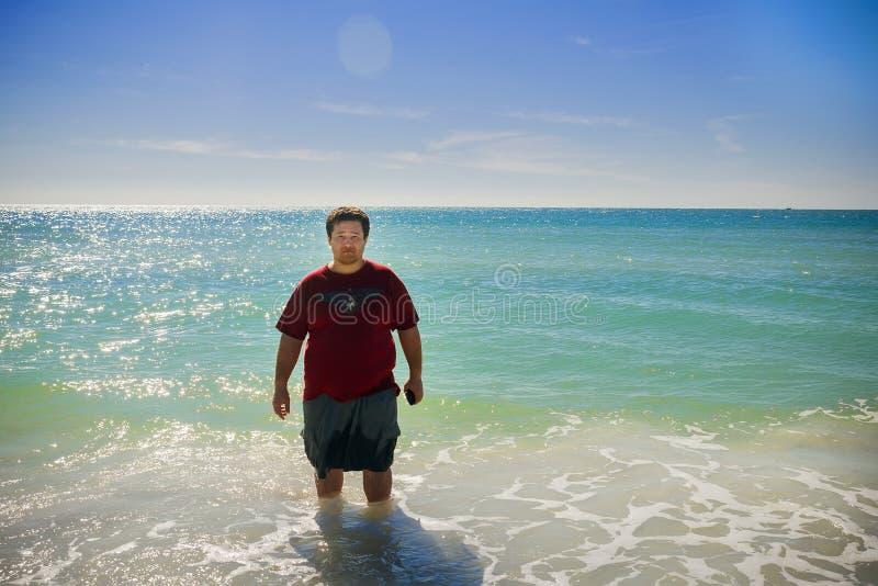 hombre de la natación y agua limpia del océano fotos de archivo libres de regalías