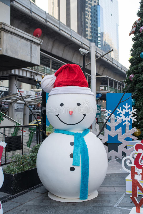 Download Hombre De La Nieve De Los Grandes Almacenes Del Terminal 21 Que Adorna Para La Navidad Y La Celebración 2016 Del Año Nuevo Foto editorial - Imagen de nieve, nuevo: 64206516