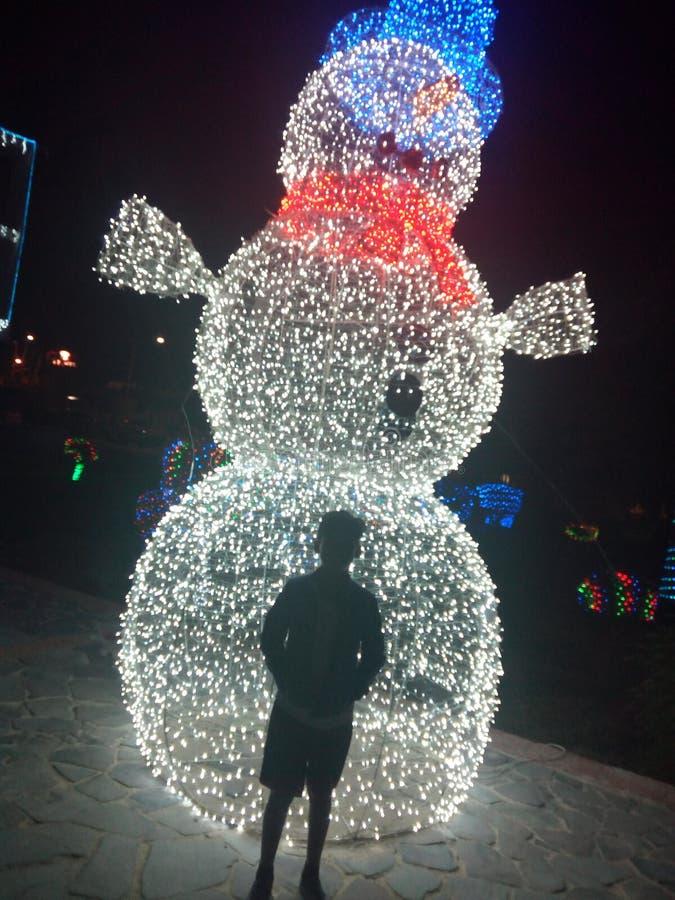 Hombre de la nieve de luces de la Navidad imagenes de archivo