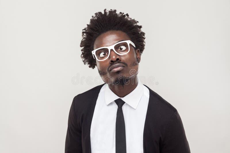 Hombre de la obstrucción del retrato en los vidrios blancos que hace muecas en la cámara imagen de archivo libre de regalías