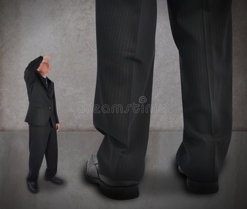 Hombre de la pequeña empresa que mira para arriba fotografía de archivo libre de regalías