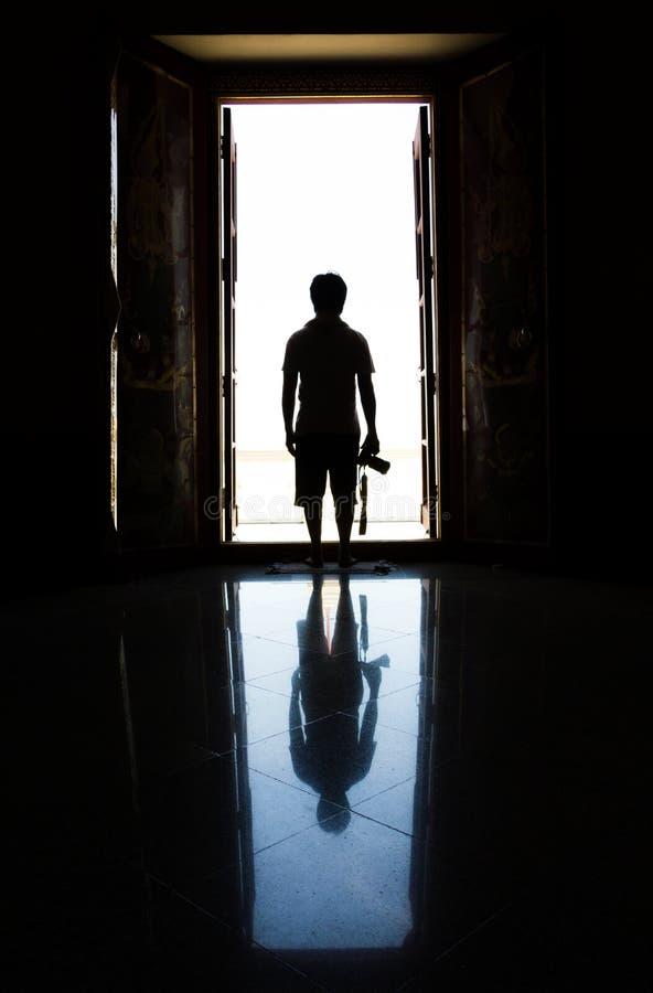 Hombre de la silueta en la puerta foto de archivo libre de regalías