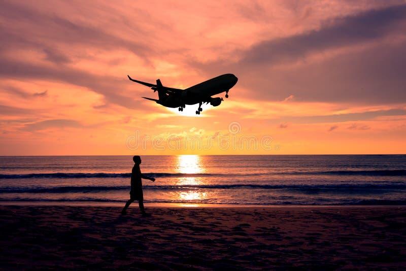 Hombre de la silueta que camina en la playa fotografía de archivo libre de regalías