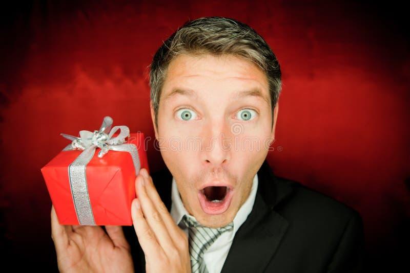 Hombre de la sorpresa con el regalo imagenes de archivo
