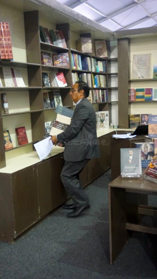 Hombre de las ventas de libro fotos de archivo libres de regalías