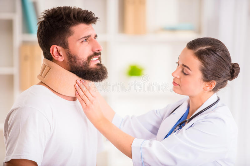 Hombre de lesión en doctor fotos de archivo libres de regalías