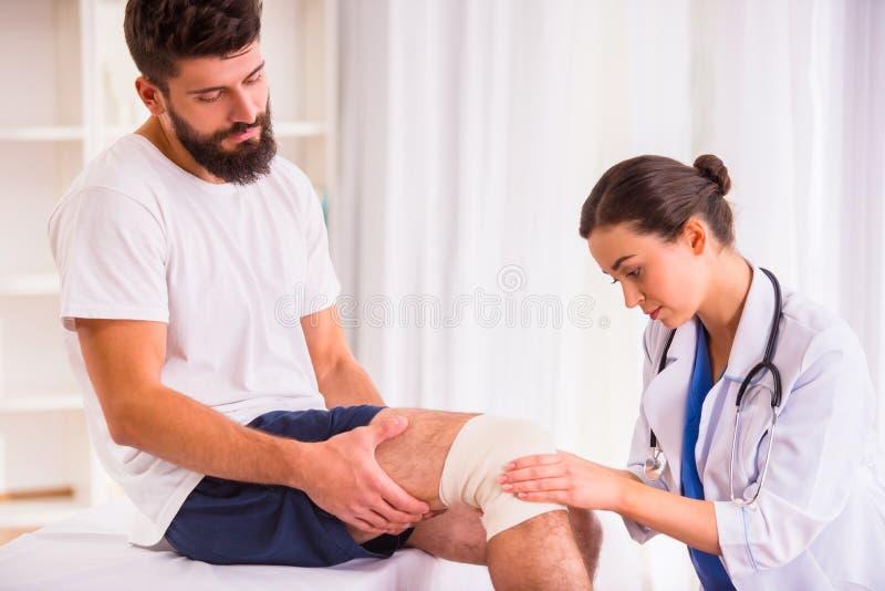 Hombre de lesión en doctor imagenes de archivo