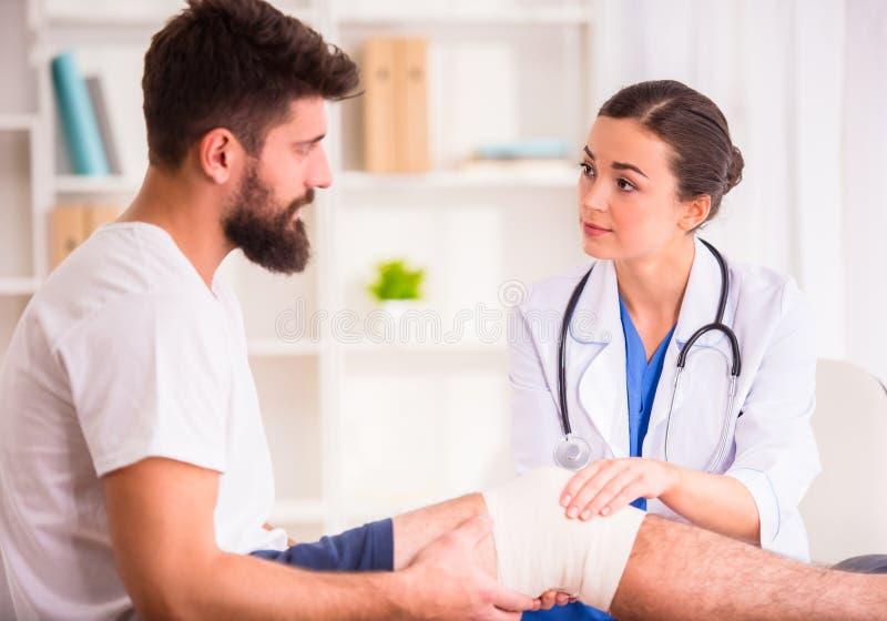 Hombre de lesión en doctor imagen de archivo