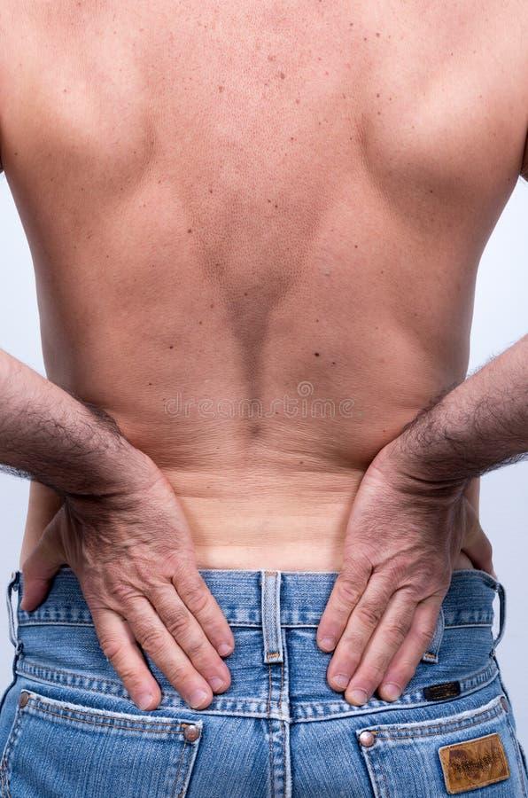 Hombre de mediana edad con dolor severo en la región lumbar fotografía de archivo