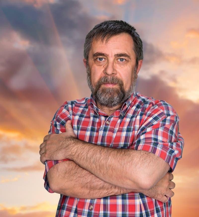 Download Hombre De Mediana Edad En Fondo Del Cielo Nublado Imagen de archivo - Imagen de nubes, persona: 41910039