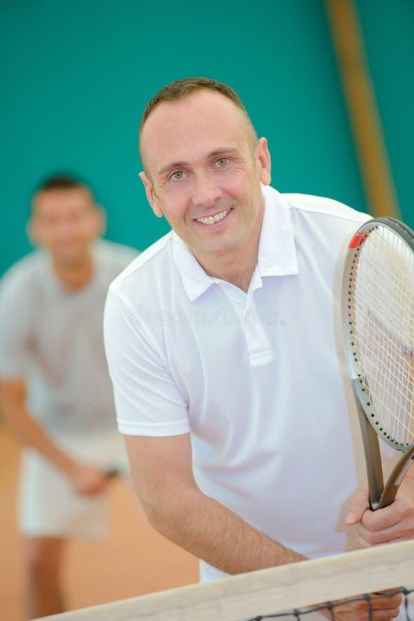 Hombre de mediana edad que juega a tenis fotos de archivo libres de regalías