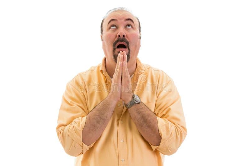 Hombre de mediana edad que ruega al cielo para la ayuda fotografía de archivo libre de regalías