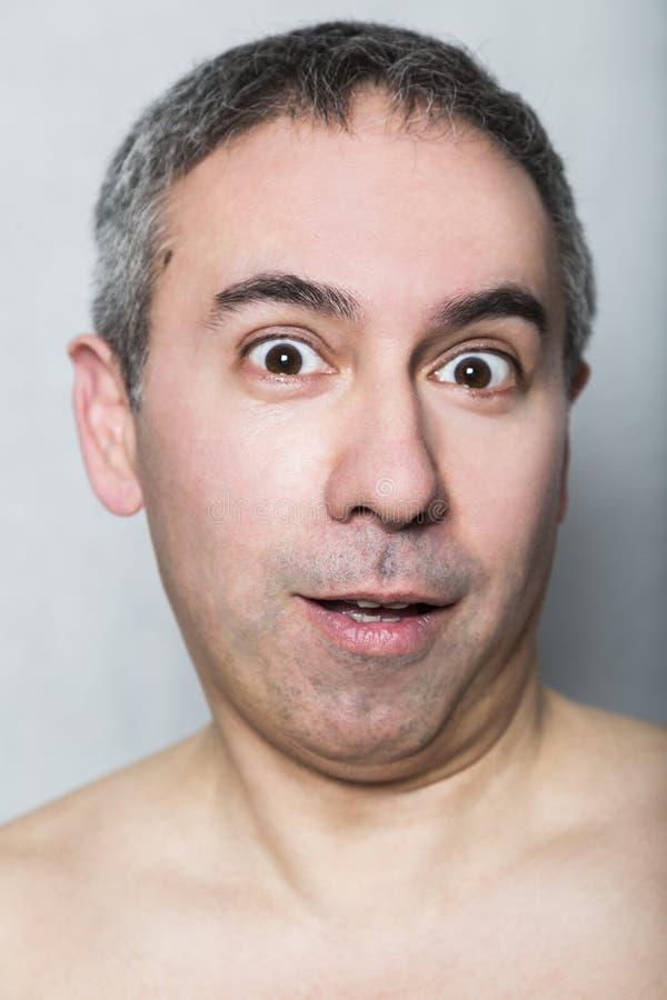 Hombre de mediana edad sorprendido alegre estúpido tonto divertido imágenes de archivo libres de regalías