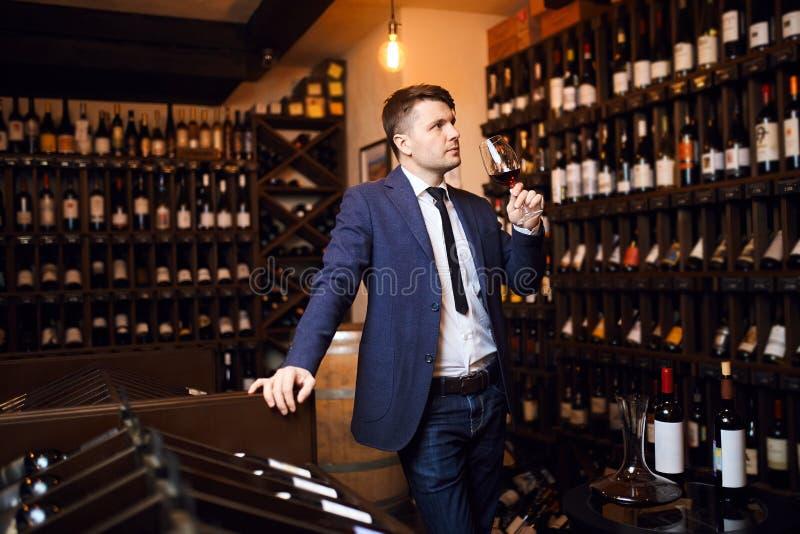 Hombre de moda elegante que asiste a acontecimiento de la degustación de vinos fotos de archivo libres de regalías