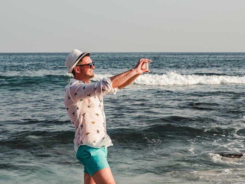 Hombre de moda en gafas de sol y un sunhat fotografía de archivo