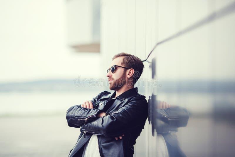 Hombre de moda en la chaqueta de cuero imágenes de archivo libres de regalías
