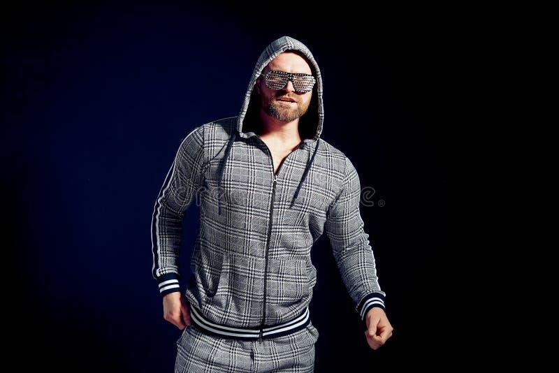 Hombre de moda en traje y gafas de sol elegantes del deporte fotografía de archivo libre de regalías