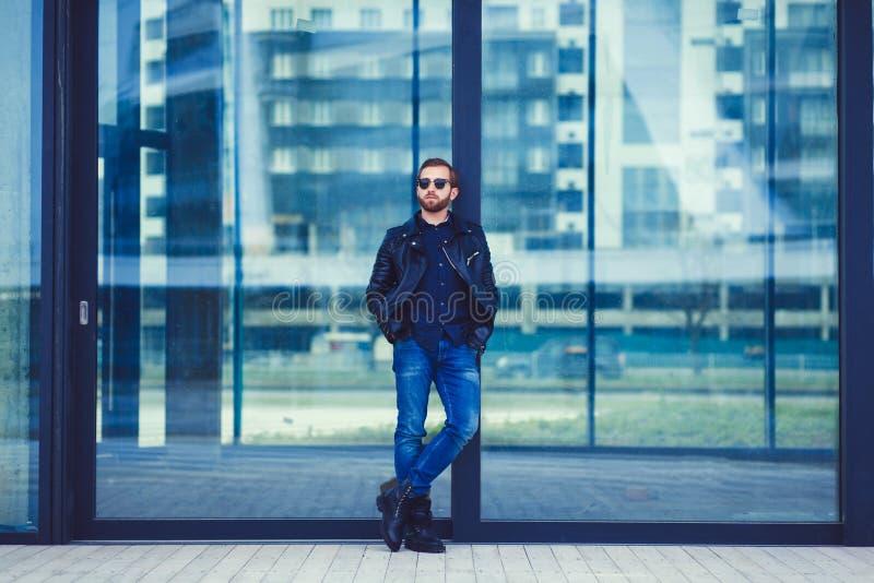 Hombre de moda en vaqueros y la chaqueta de cuero imagenes de archivo