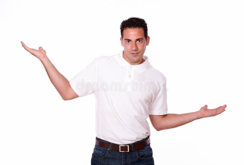 Hombre de moda que sostiene hacia fuera sus palmas fotografía de archivo libre de regalías