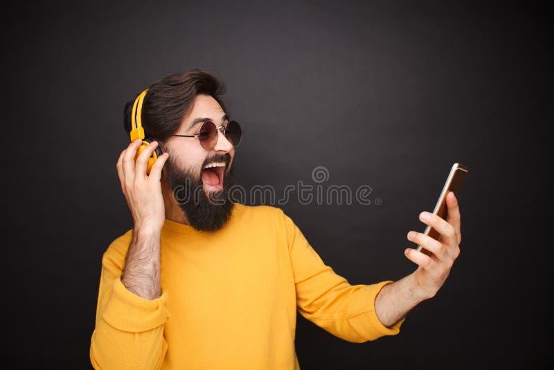 Hombre de moda que toma el selfie en gafas de sol imagenes de archivo