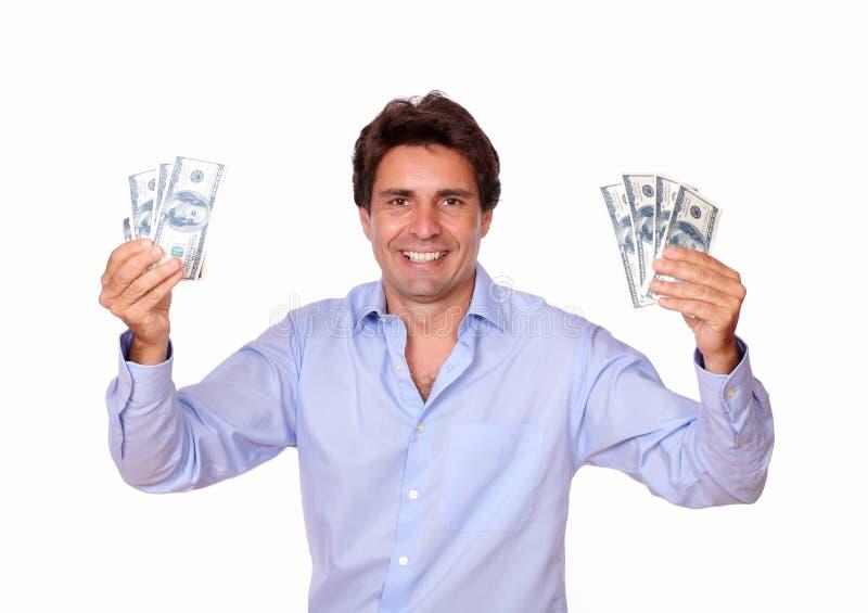 Hombre de moda sonriente que sostiene el dinero del efectivo fotos de archivo