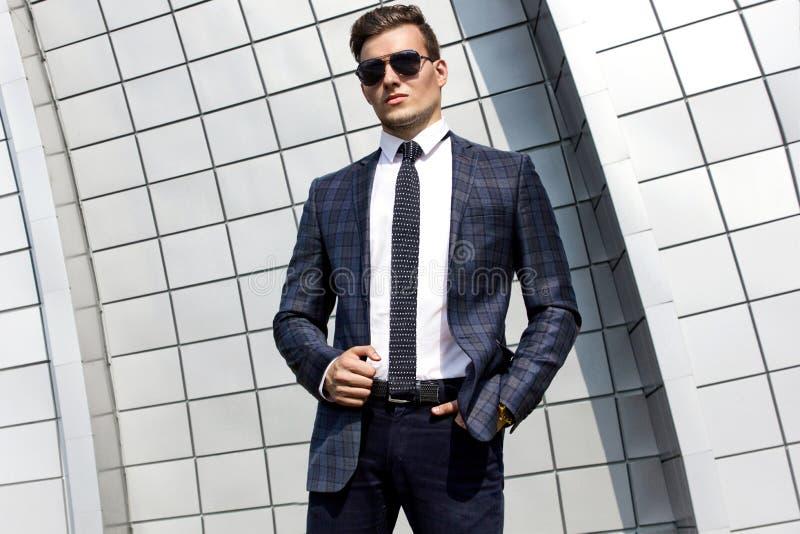 Hombre de moda vestido en el fondo fotografía de archivo