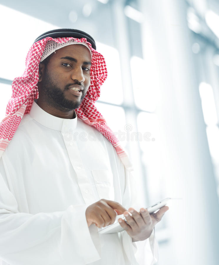 Hombre de negocios árabe con la tablilla fotografía de archivo