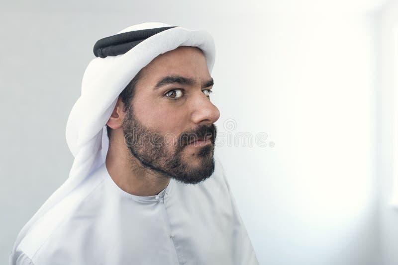 Hombre de negocios árabe dudoso, hombre de negocios árabe confundido fotos de archivo