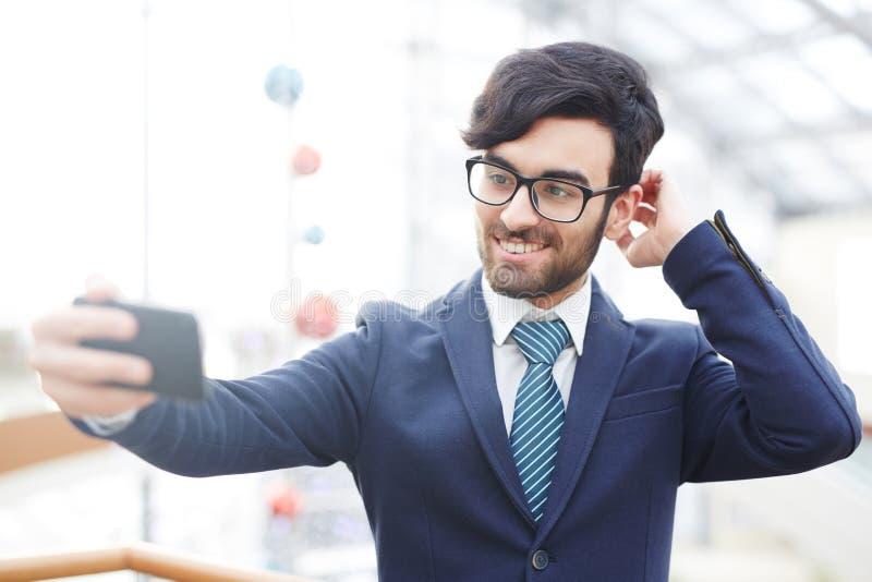 Hombre de negocios árabe Taking Selfie Shot fotos de archivo