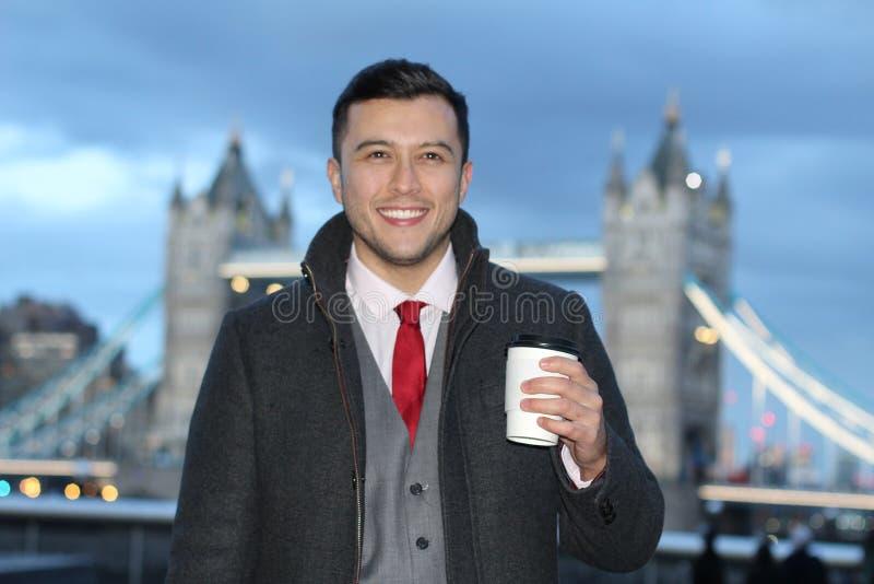 Hombre de negocios étnico elegante alrededor del puente de Londres foto de archivo