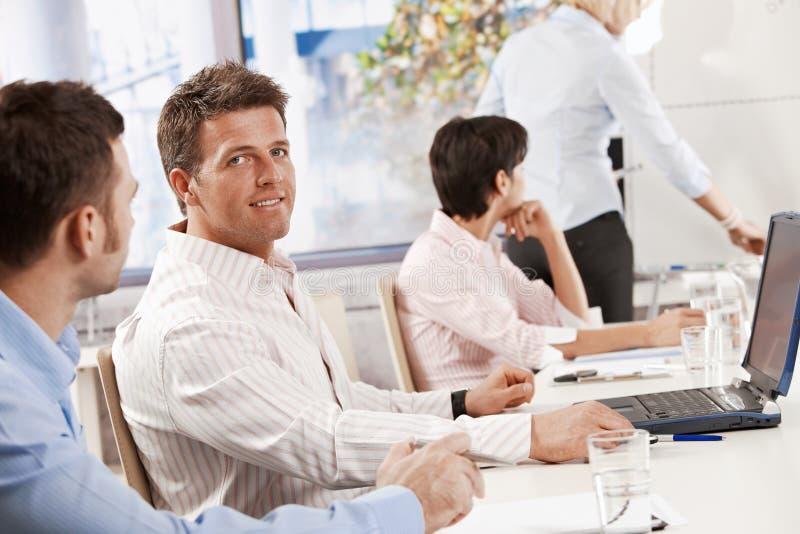 hombre de negocios 40s en la reunión de negocios imagen de archivo libre de regalías