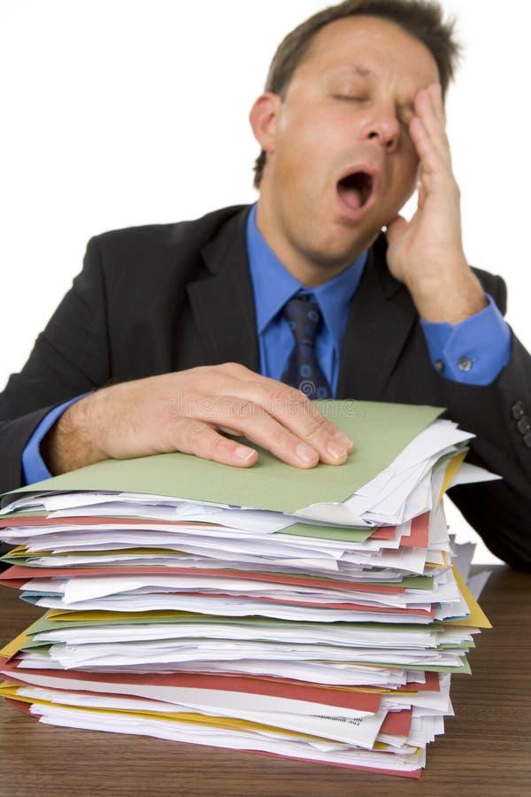 Hombre de negocios abrumado por Paperwork imagen de archivo