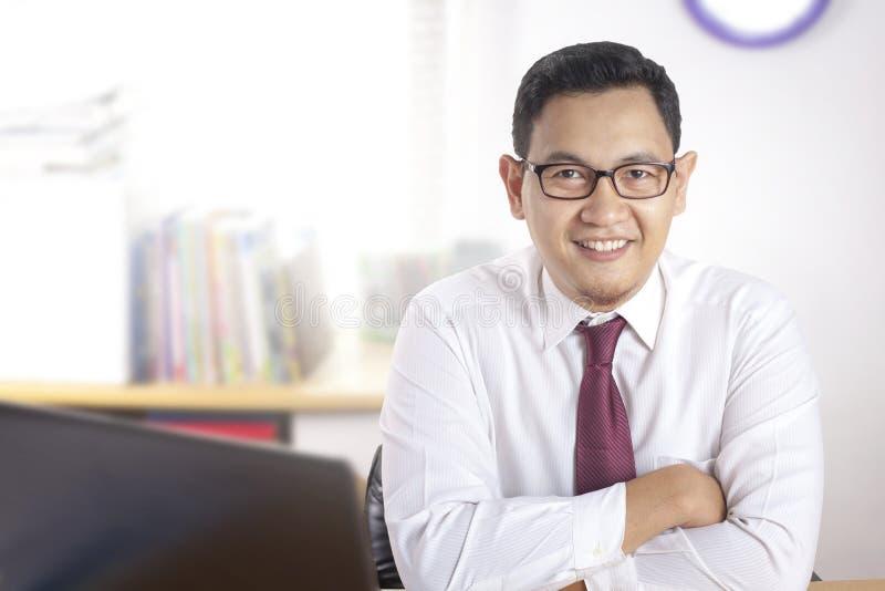 Hombre de negocios acertado confiado elegante Smiling Happily imágenes de archivo libres de regalías