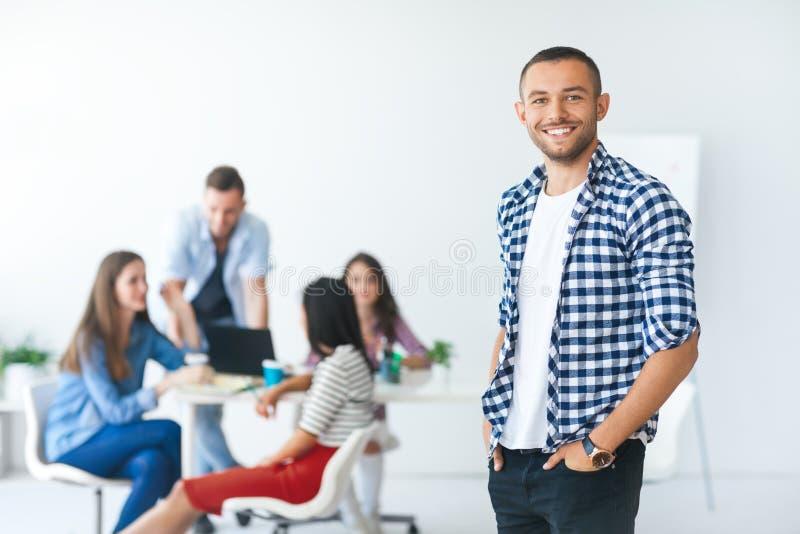 Hombre de negocios acertado delante del equipo diverso del negocio imagen de archivo libre de regalías