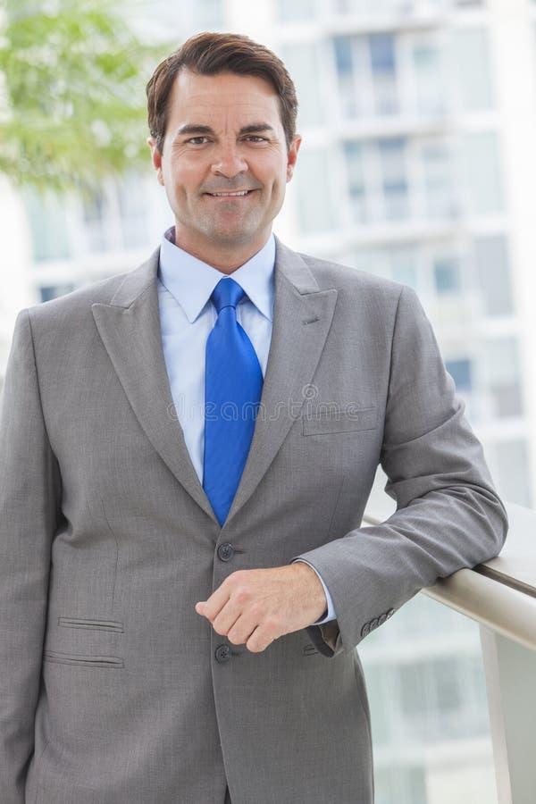 Hombre de negocios acertado en juego en tejado imagen de archivo