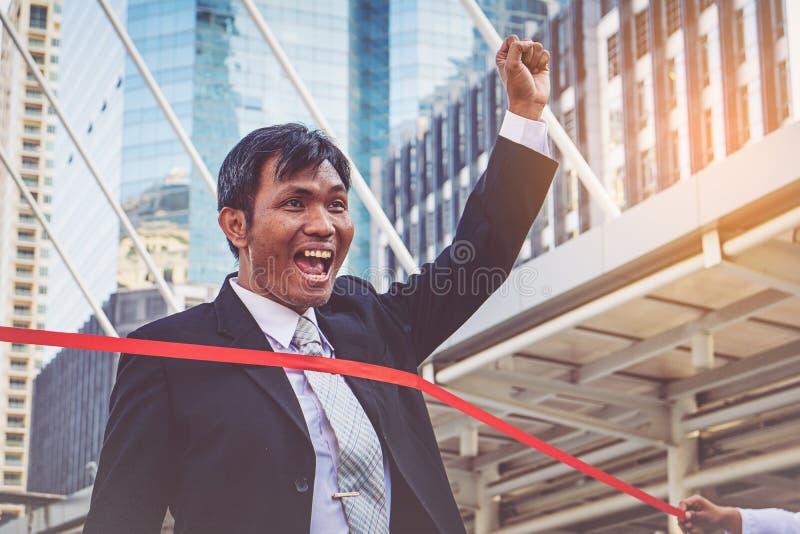 Hombre de negocios acertado en la línea de acabamiento foto de archivo