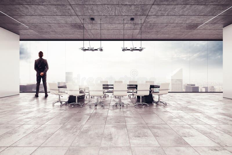 Hombre de negocios acertado en una sala de reunión imagenes de archivo