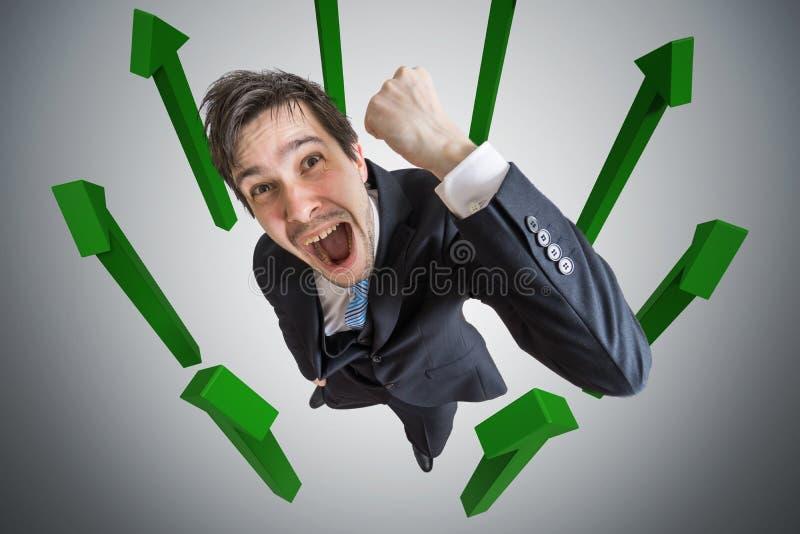 Hombre de negocios acertado joven y muchas flechas en fondo fotografía de archivo libre de regalías