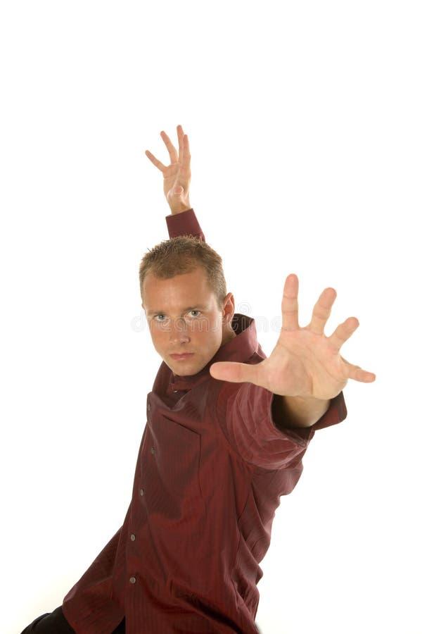 Hombre de negocios acertado que alcanza para arriba con sus brazos fotografía de archivo
