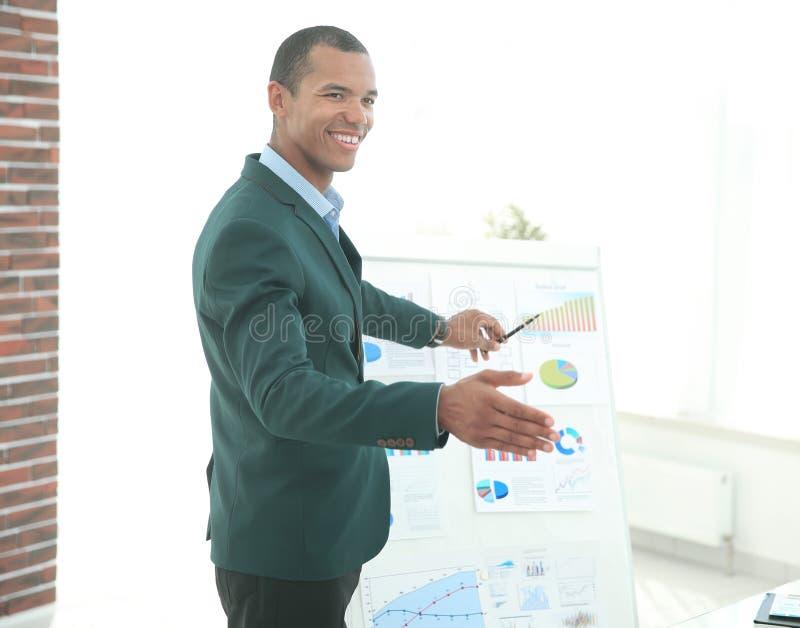 Hombre de negocios acertado que señala a una carta de tirón con la información financiera imágenes de archivo libres de regalías